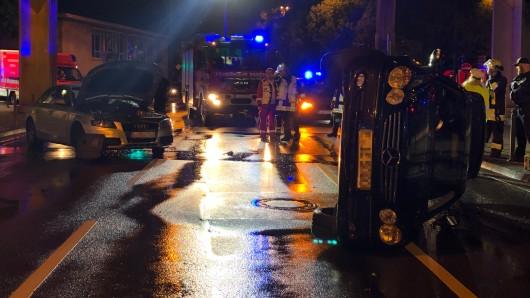 Nach einem schweren Unfall im Zentrum von Essen blieb ein Mercedes auf der Seite liegen.