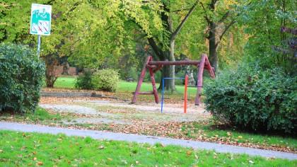 Im Stadtteil Essen-Leithe soll sich der Unbekannte am Wochenende gleich zweimal an Kindern vergangen haben. Auf dem Spielplatz an der Ecke Grimbergstraße/Elsterbuschstraße zerrte er offenbar eine Zehnjährige zu sich.