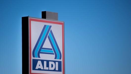 Ganz Deutschland dankt den unermüdlichen Helfern in den Lebensmittelgeschäften. Wenn es ums Geld geht, zeigen ihnen Aldi, Lidl, und Co. aber die kalte Schulter. (Symbolbild)