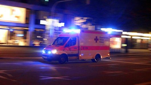 NRW: Nach dem schweren Unfall kamen beide Insassen mit einem Rettungswagen ins Krankenhaus. (Symbolbild)