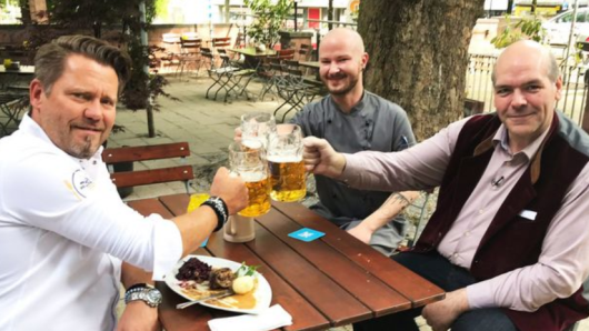 Mike Süsser (li.) mit Restaurantinhaber Lars Becker (re.) und Küchenchef Christoph.