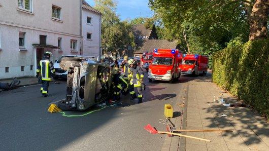 Essen: Am Montagmorgen ist es in Katernberg zu einem Unfall gekommen. Die Feuerwehr musste eine Mutter und ihr Kind aus einem Auto befreien.