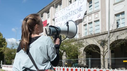 Eine Vermittlerin versucht auf die Aktivisten einzuwirken.