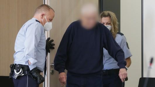 Der 81-jährige Angeklagte soll seine Lebensgefährtin brutal ermordet haben.