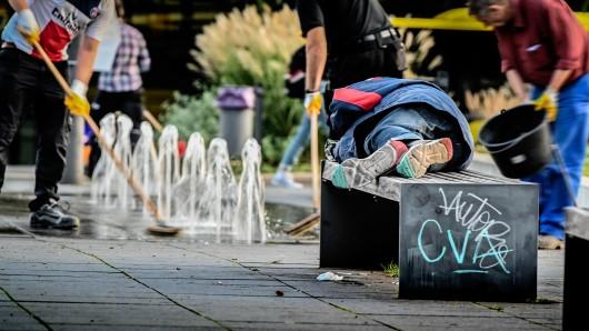 Ein Obdachloser liegt im September 2020 am Hauptbahnhof Essen auf einer Parkbank. (Archivbild)