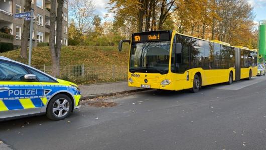 Ein Unbekannter soll auf zwei Linienbusse geschossen haben, ist jetzt noch auf der Flucht.