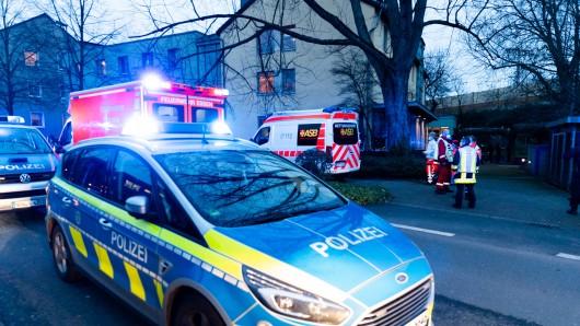 Die Polizei ist mit mehreren Streifenwagen zum Tatort nach Essen-Frohnhausen gefahren.