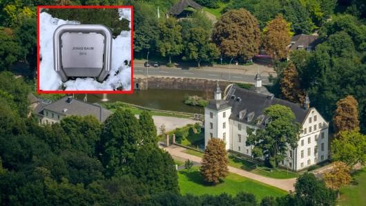 Diese Metalltafel steht im Schlosspark Borbeck in Essen.