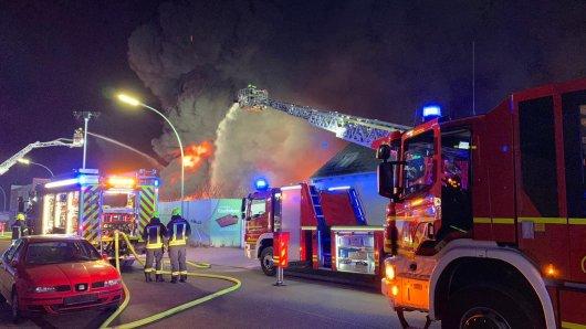 In einem Reifenlager in Gelsenkirchen ist ein Großbrand ausgebrochen.
