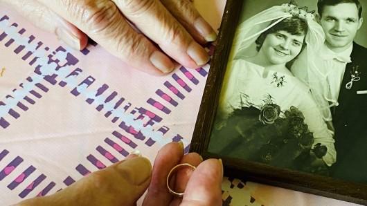 Das Paar aus Essen ist seit 58 Jahren verheiratet. So alt ist auch der gestohlene Ehering der blinden Rentnerin gewesen. Jetzt ein kleines Happy End.