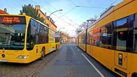 Ein Bus und eine Tram in Essen. Die Ruhrbahn wird eine große Veränderung durchführen. (Symbolfoto)