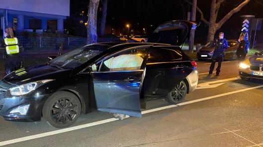 12. April: Fünf bis sechs Vermummte haben in Essen-Rüttenscheid diesen Hyundai mit Schlaggegenständen angegriffen. Die beiden Insassen sind verletzt worden, der Fahrer sogar schwer.