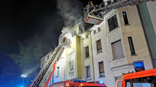 Bei einem Wohnungsbrand in Essen mussten zwei Menschen gerettet werden.