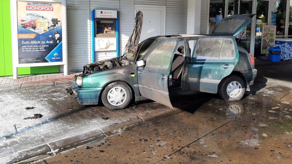 In Essen hat an einer Tankstelle ein Auto Feuer gefangen.
