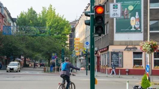 Der neue Grünpfeil für Radfahrer wird zunächst an 16 Kreuzungen im Essener Stadtgebiet angebracht.