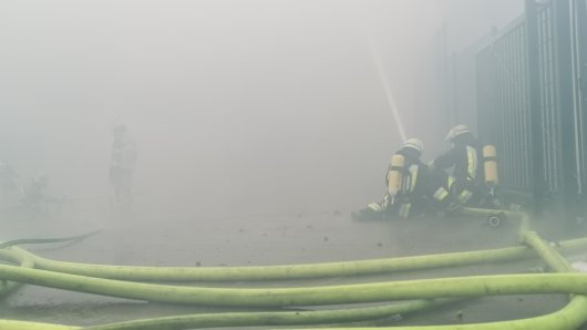 Einsatzkräfte der Feuerwehr kämpften im dichten Rauch gegen die Flammen.