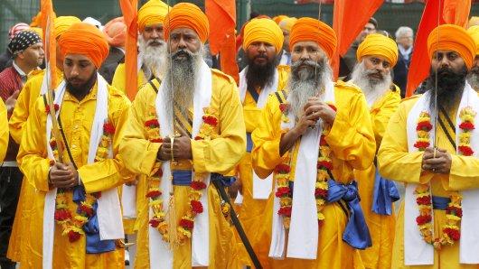 Mitglieder der Sikh-Gemeinde beteiligen sich am 23.04.2016 in Essen (Nordrhein-Westfalen an einer Prozession durch die Stadt. Die Route wurde wegen des Anschlags auf das Sikh-Gebetshaus aus Sicherheitsgründen geändert. Foto: Roland Weihrauch/dpa +++(c) dpa - Bildfunk+++