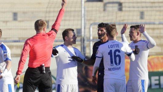 Schiedsrichter Robert Schröder zeigt MSV-Spieler Baris Özbek die Rote Karte.
