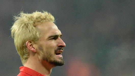 Mats Hummels trägt nach einer verlorenen Wette blond gefärbte Haare.