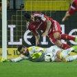 Glück für den BVB: Torwart Roman Bürki legt Dario Lezcano elfmeterreif.