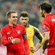 MUNICH, GERMANY - FEBRUARY 15: Philipp Lahm of Munich speak with Javier Martinez of Munich during the UEFA Champions League Round of 16 first leg match between FC Bayern Muenchen and Arsenal FC at Allianz Arena on February 15, 2017 in Munich, Germany. (Photo by TF-Images/Getty Images)