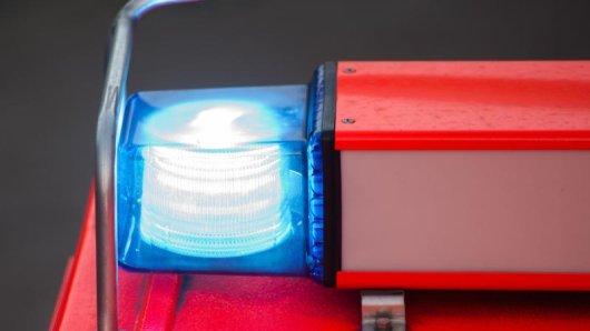 Ein Löschfahrzeug mit eingeschaltetem Blaulicht ist zu sehen.