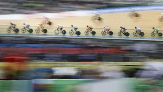 Bahnradfahrer konkurrieren in Hongkong bei der WM im Scratch.