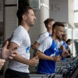 Warmlaufen für ein heißes Duell: Schalkes Trainer Domenico Tedesco (vorne) mit seiner Mannschaft im Fitnessraum.