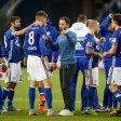 Erfolgreich, aber ruhig: Schalke-Trainer Domenico Tedesco (Mitte) im Kreise seiner Mannschaft.