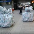 Die riesigen Geschenke stehen in der Bochumer Innenstadt.