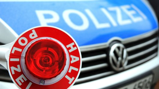 Symbolbild Symbolfoto Themenbild Themenfoto Blaulicht Polizei mit Kelle Halt Polizei. Aufgenommen am 16.10.2012 in Essen.    Foto: Andreas Bartel / WAZ FotoPool