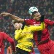 Dieses Foul von Leverkusens Jonathan Tah an André Schürrle (l.) vom BVB pfiff Schiedsrichter Hartmann nicht.