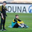 Marco Reus (r.) kann BVB-Trainer Peter Stöger noch nicht helfen.