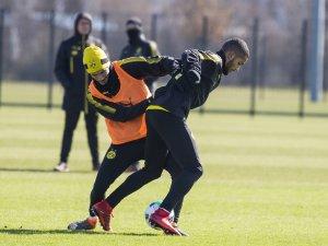 Beim BVB-Training kämpften Nuri Sahin (l.) und Jeremy Toljan um den Ball.