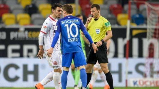 Sahen nach diesem Wortgefecht Gelb-Rot von Schiedsrichter Zwayer (r.): Düsseldorfs Kaan Ayhan (l.) und Bochums Thomas Eisfeld (Mitte).