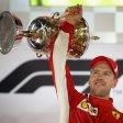 Sieger: Ferrari-Pilot Sebastian Vettel mit dem Pokal. Foto: Getty