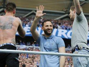 Feierte in der Nordkurve mit den Ultras: Schalke-Trainer Domenico Tedesco.