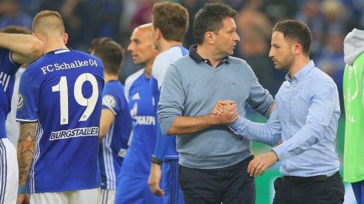 Auch ein Trainer braucht mal Trost: Christian Heidel und Domenico Tedesco nach dem Pokal-Aus.