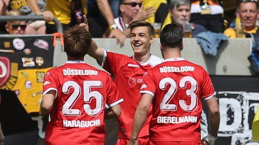 Düsseldorfer Jubel: Florian Neuhaus (Mitte) hat die Fortuna in Dresden auf Aufstiegskurs geschossen.