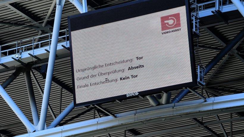 So könnte der Schiedsrichter den Fans im Stadion den Videobeweis erklären - Fußball - derwesten.de
