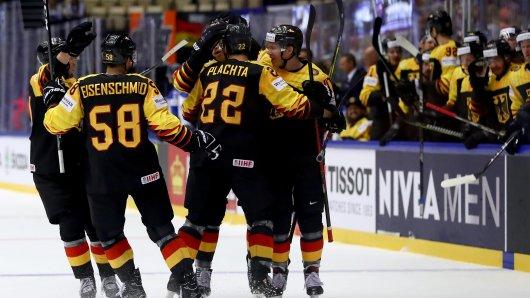 Deutschlands Eishockey-Stars jubeln über den Sieg gegen Finnland.