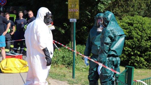 In speziellen Schutzanzügen untersuchten die Chemie-Experten den Spielplatz.