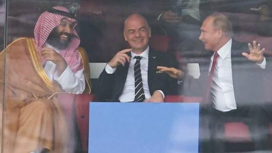 Beim Eröffnungsspiel der WM 2018 auf der Tribüne: Mohammed bin Salman, Gianni Infantino und Waldimir Putin.
