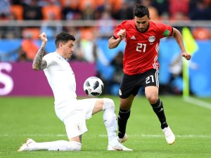 Ägyptens Trezeguet versucht, sich gegen José Gimenez durchzusetzen.