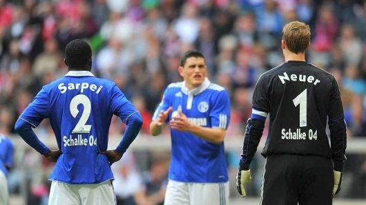 Schalker Tristesse in der Saison 2010/2011: Hans Sarpei, Kyriakos Papadopoulos und Manuel Neuer diskutieren.