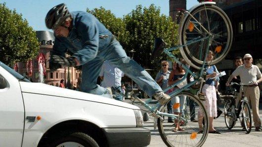 Ein Auto fährt einen Fahrradfahrer um. (Symbolfoto)