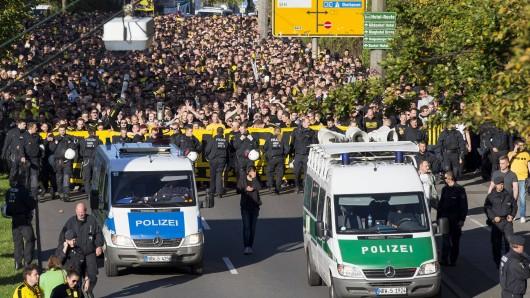 Fans von Borussia Dortmund gehen am Samstag gegen das neue Polizeigesetz auf die Straße.