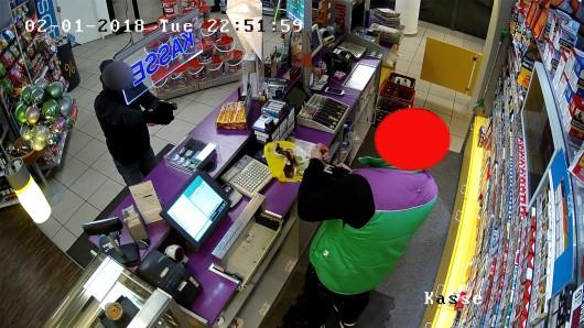 Mit diesem Bild aus einer Überwachungskamera fahndete die Polizei nach dem Serienräuber.
