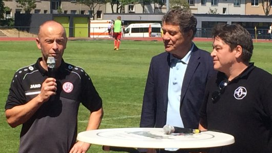 RWE-Sportdirektor Jürgen Lucas spricht - Otto Rehhagel (2. v. l.) hört zu.
