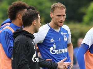 Benedikt Höwedes (r.) trainiert bald wohl wieder unter Schalke-Trainer Domenico Tedesco.